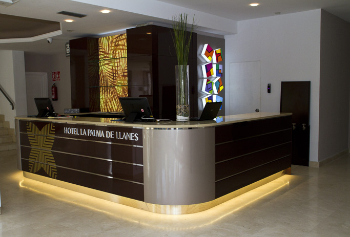 mobiliario comercial hotel la palma llanes diseo fabricacin e instalacin de elemento mostrador de recepcin
