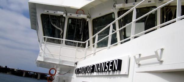 Rótulo con letras coróreas en barco